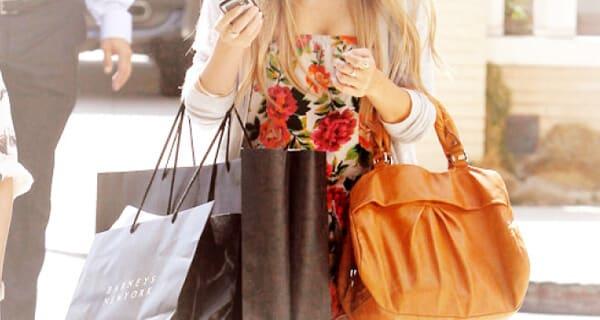 Ela acredita que irá sofrer menos se puder se dar pequenos luxos .