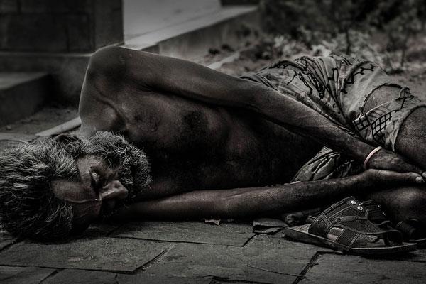 homem triste deitado no chão