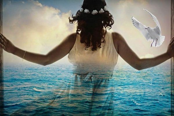 mulher incrível de frente para o mar