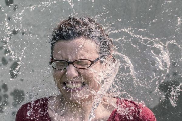 mulher se molhando com água