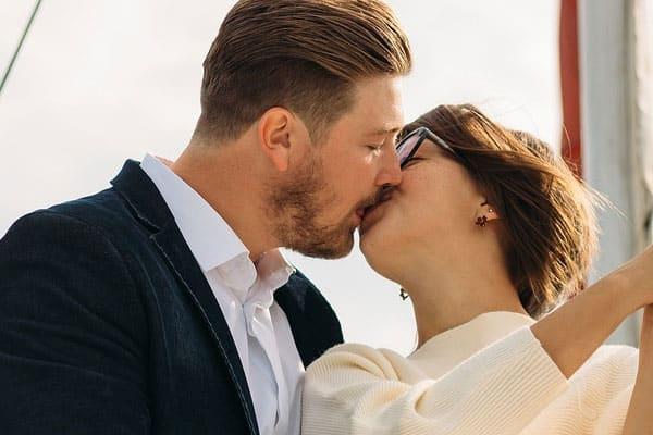 homem e mulher se beijando