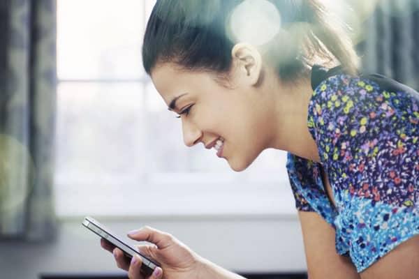 mulher no celular mandando mensagem