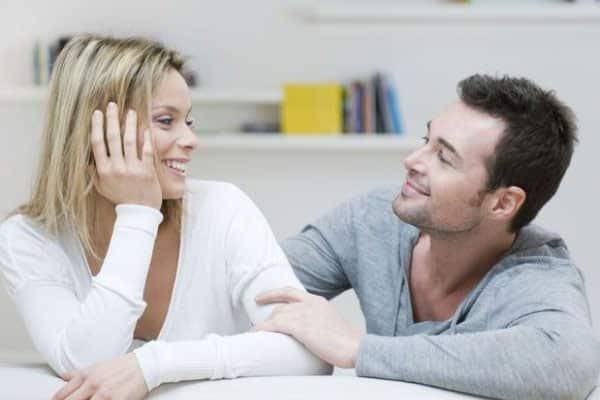 mulher conversando com homem