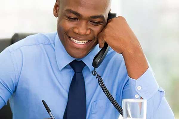 homem conversando no telefone
