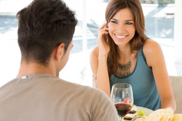 mulher tentando conquistar um homem na conversa