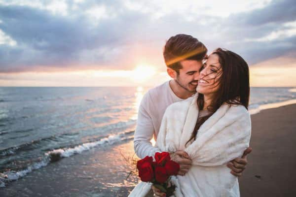 homem abraçando a mulher