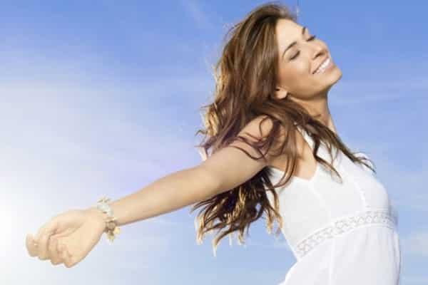 mulher feliz vivendo a vida