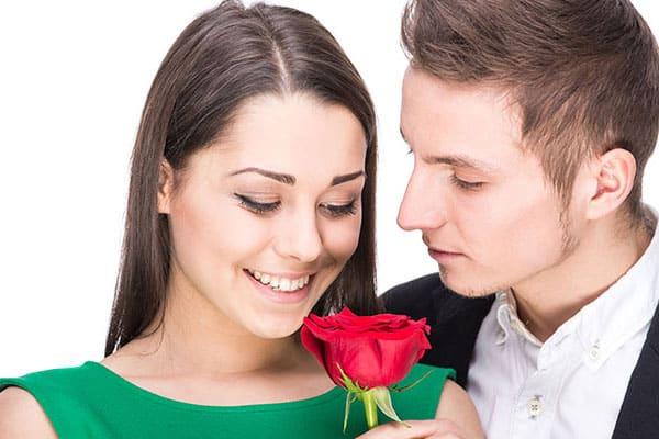 homem dando rosa para uma mulher