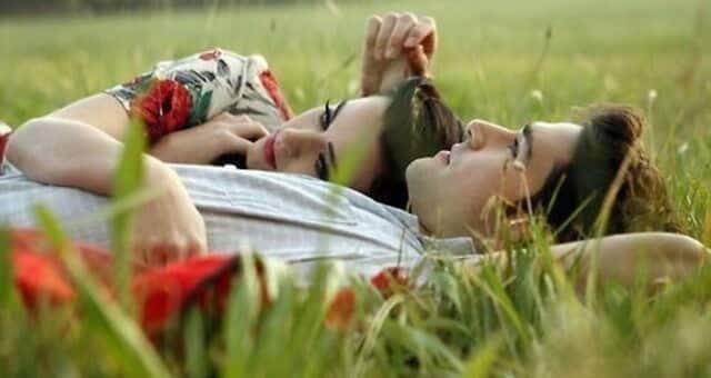 Casal Relaxando Deitado