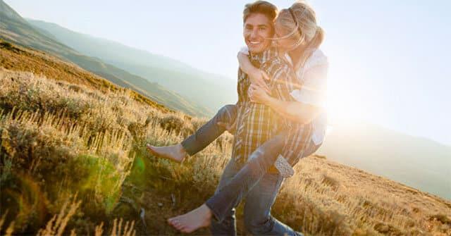 Os melhores relacionamentos amorosos começam como amizades. Mas para fazer acontecer, aprender como conquistar uma amiga é essencial.