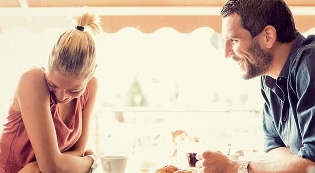 Uma conversa interessante e divertido com um homem confiante é tudo que uma mulher precisa para se apaixonar.